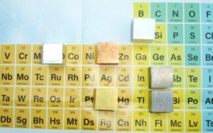 Cubos de diferentes metales que los participantes deben identificar por densidad y otras propiedades (color, magnetismo…).